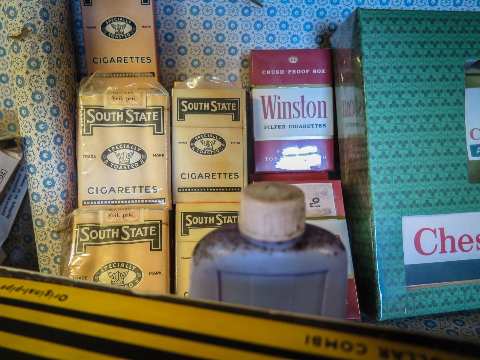 Til og med gamle sigaretter finnes det i butikken.