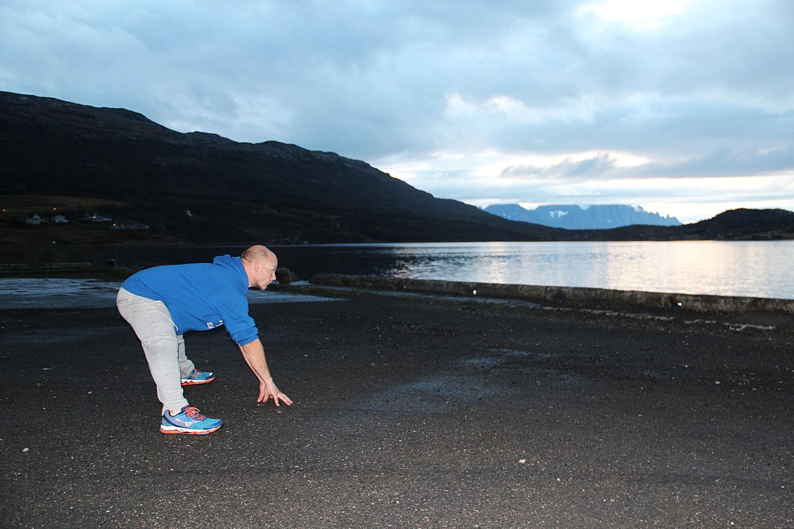 Raymond Sandnes strekker ut etter joggeturen i Burfjord. Han er ikke tilhenger av kommunesammenslåinger som han frykter setter fart på sentraliseringen.