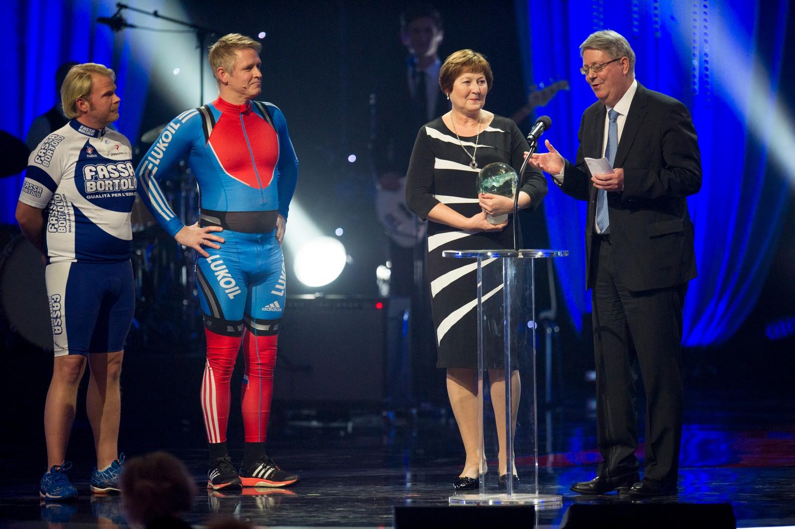 Svømmer Henrik Christiansen (her representert ved sine foreldre) mottok prisen for «Årets gjennombrudd» fra Anders Baasmo Christiansen og Trond Espen Seim.