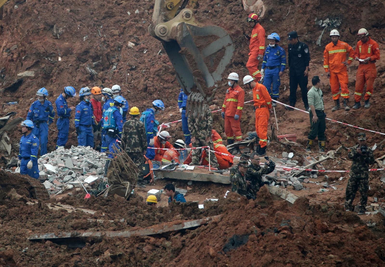 Ifølge myndighetene i Beijing ble jordskredet utløst av at en fylling med jord og avfall fra bygningsarbeid var blitt for høy og ustabil. Fyllingen ruvet 100 meter over omgivelsene etter å ha blitt bygget opp over to år.