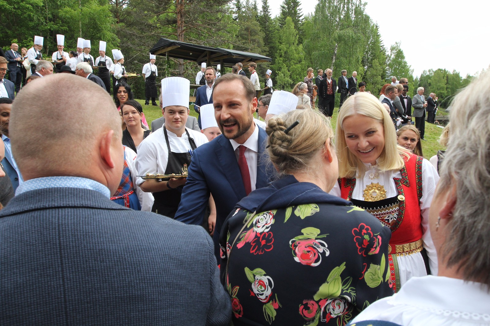 Konge- og kronprinsparet tok seg god tid til å hilse på gjestene sine.