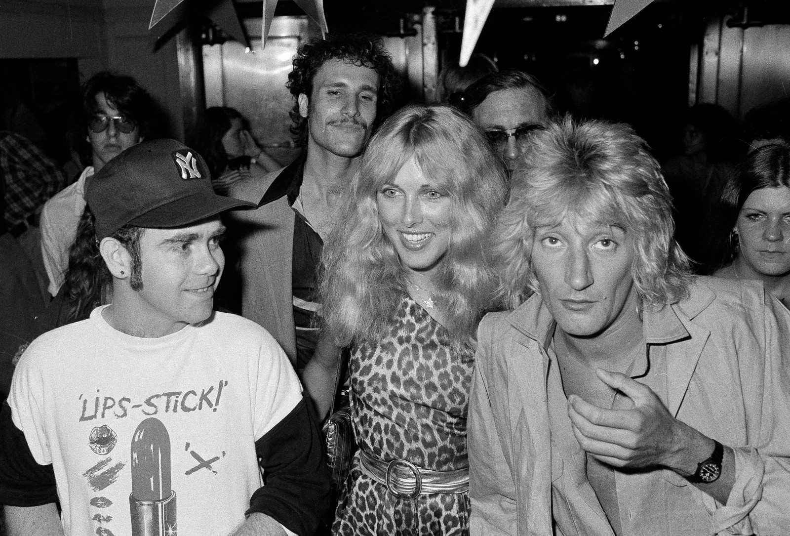 1978: Elton John, Lana Hamilton og Rod Stewart kjem til Studio 54 i New York 10. juli for å feire Elton John si platekontrakt med RCA Records.