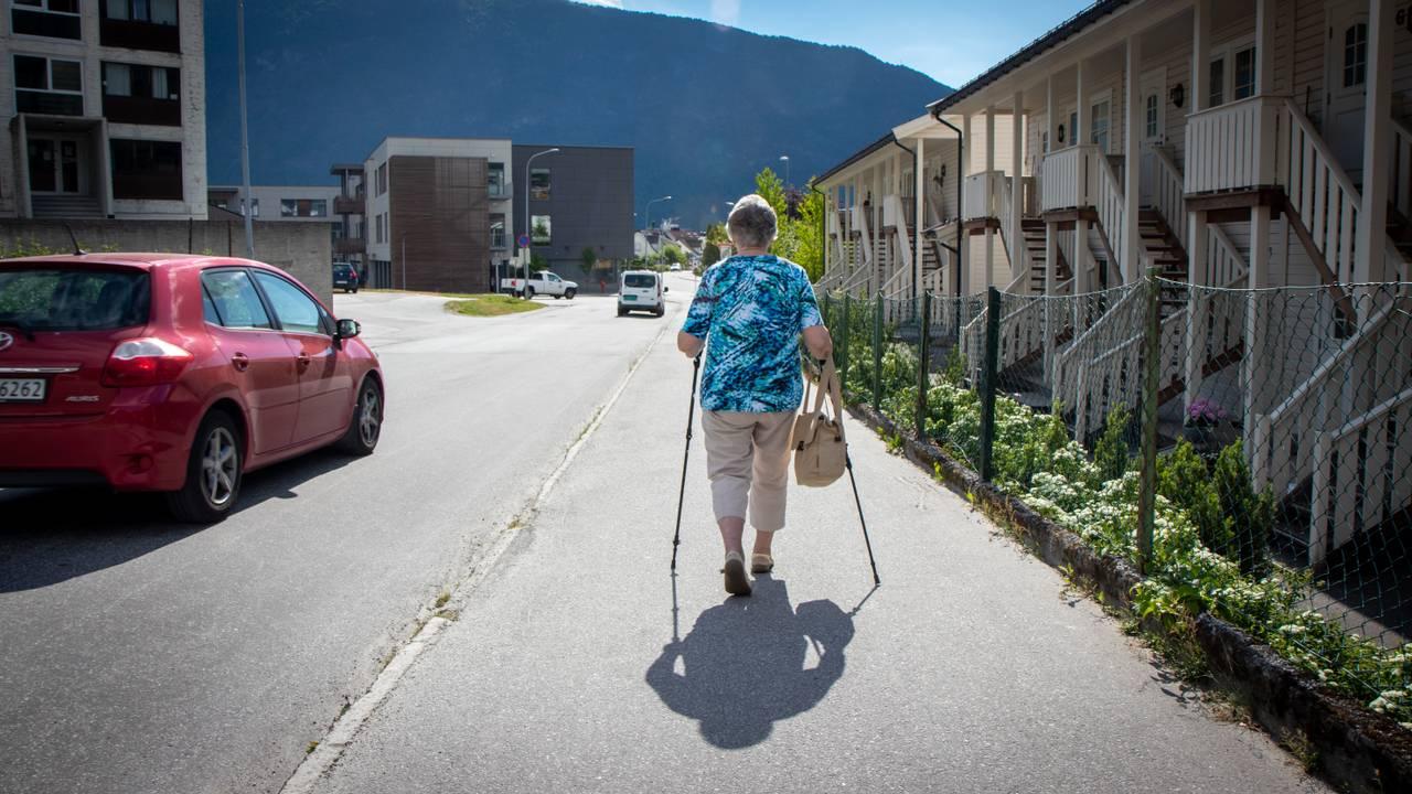 Johanna Aaberge går mot Sogndal sentrum