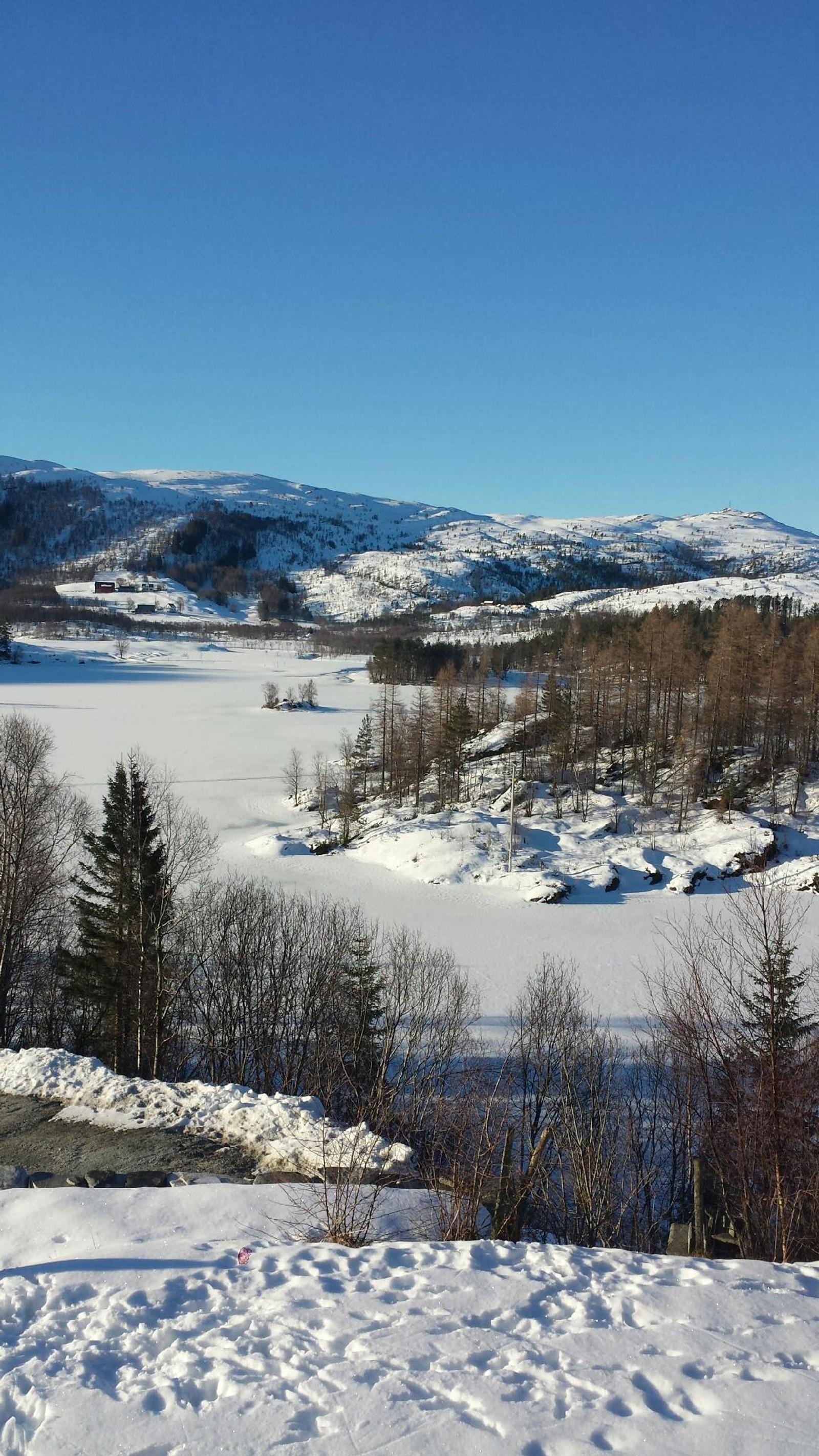 Nydelig morgon på Lavikdalen. Er heilt klar til ei flott påske, skriv Anne Britt.