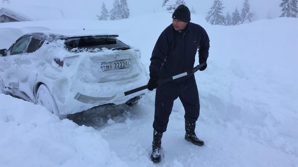Svein Normann Larsen måker fram bilen sin på Sjusjøen.