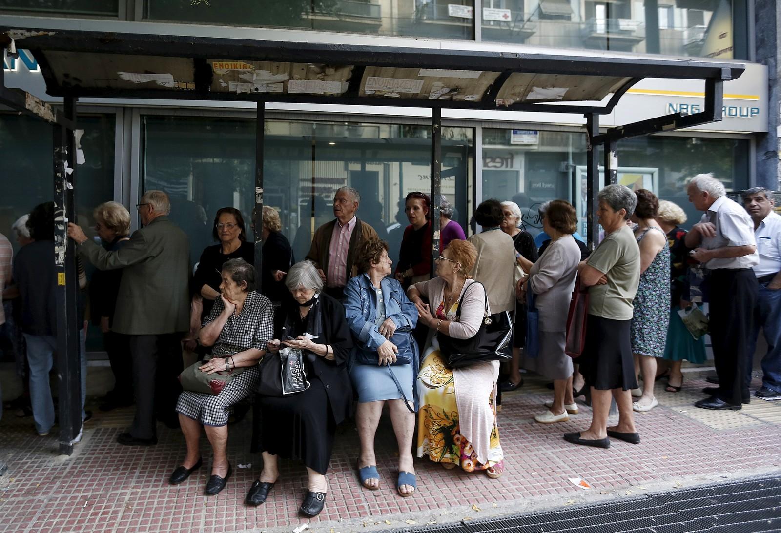 Pensjonister venter utenfor en bank i Aten.