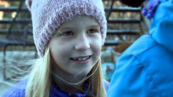Leonora er åtte år og har selektiv mutisme.       Da Leonora var tre år sluttet hun plutselig en dag å snakke. I dag er snakker hun bare med familien sin og noen få venner. Det går fint å leke uten å snakke, men Leonora har så lyst til å snakke med de andre i klassen sin en dag.