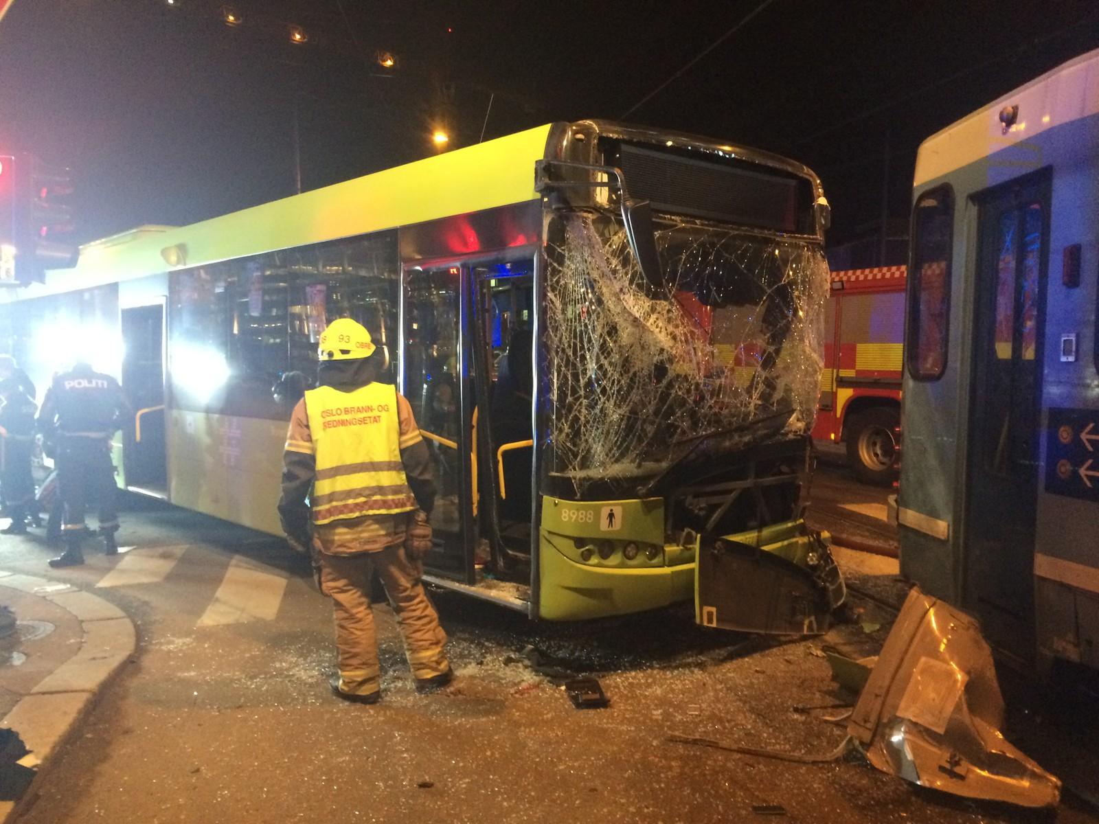 Årsaken til at bussen kjørte på rødt er ikke kjent, men kan skyldes at sjåføren forsøkte å vike for en politibil under utrykning.