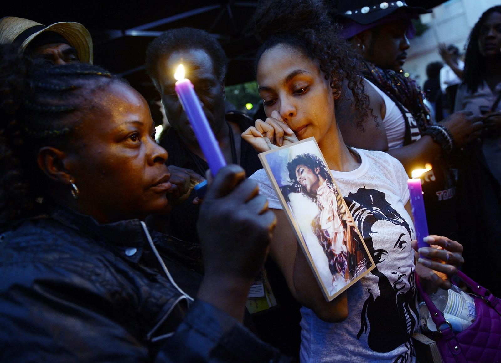 Fans tenner lys for Prince, som døde 21. april 2016. Her Leimert Park, Los Angeles, California.