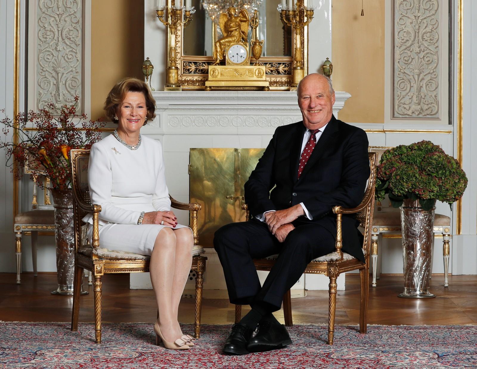 Oslo 20161017. Kong Harald og dronning Sonja 80 år. I anledning kongeparets 80-årsdager er kongefamilien fotografert i den hvite salong på Slottet i Oslo. Dronning Sonja og kong Harald. Foto: Lise Åserud / NTB scanpix Kong Harald og dronning Sonja 80 år.