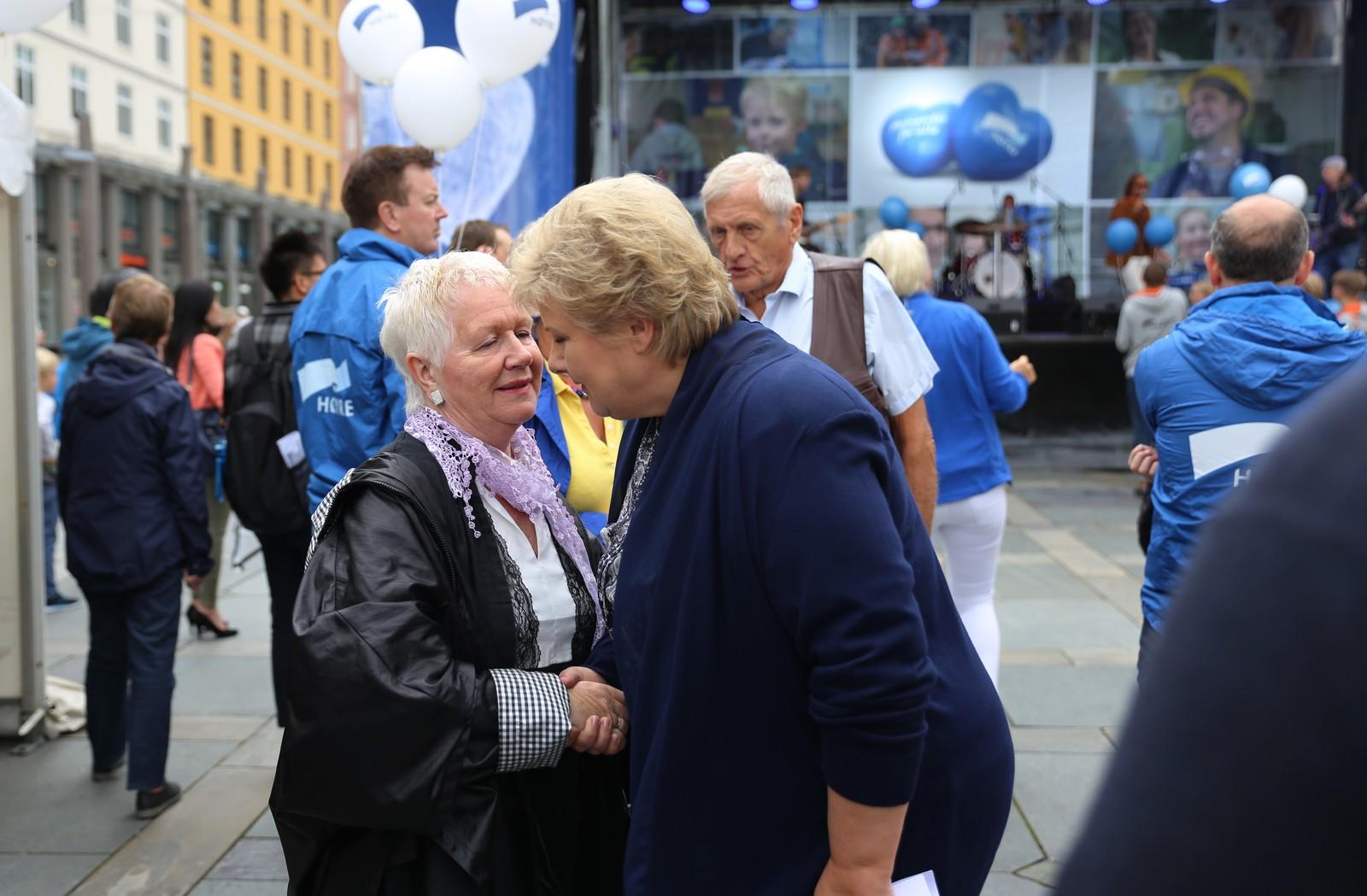 Mange hadde møtt opp for å få et glimt av Statsministeren. Her får en dame hilse på Solberg.