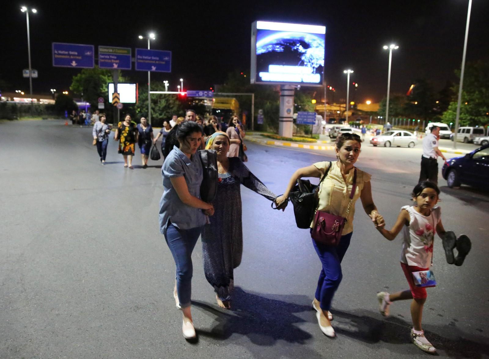 Vettskremte reisende løper ut fra Ataturk flyplass i Istanbul denne uken, etter enda en ny terroraksjon.