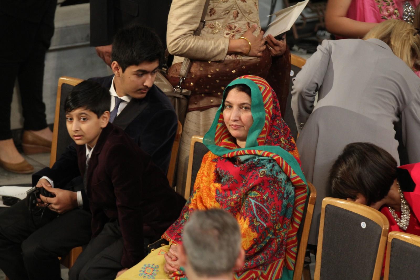 FAMILIE: Malalas mor Toor Pekai Yousafzai og brødrene Khusal Khan Yousafzai og Atal Khan Yousafzai i Oslo rådhus.