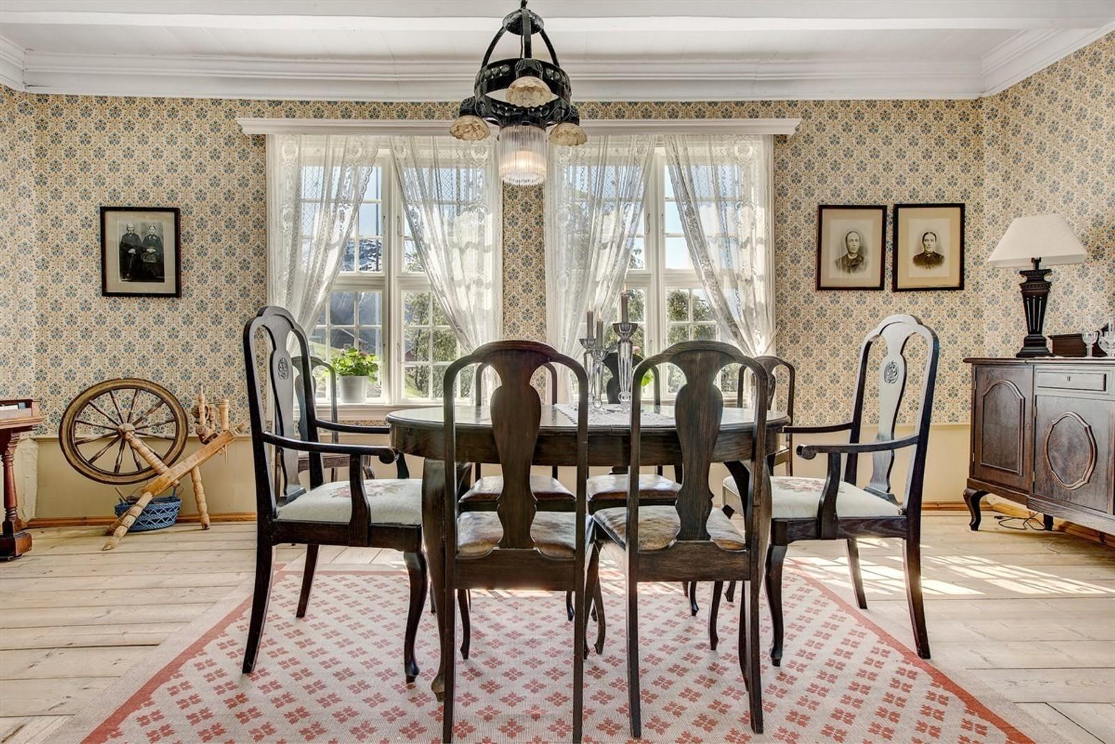 FREDA: Delar av huset er freda. Mykje av det originale i huset er framleis det same som for 240 år sidan.