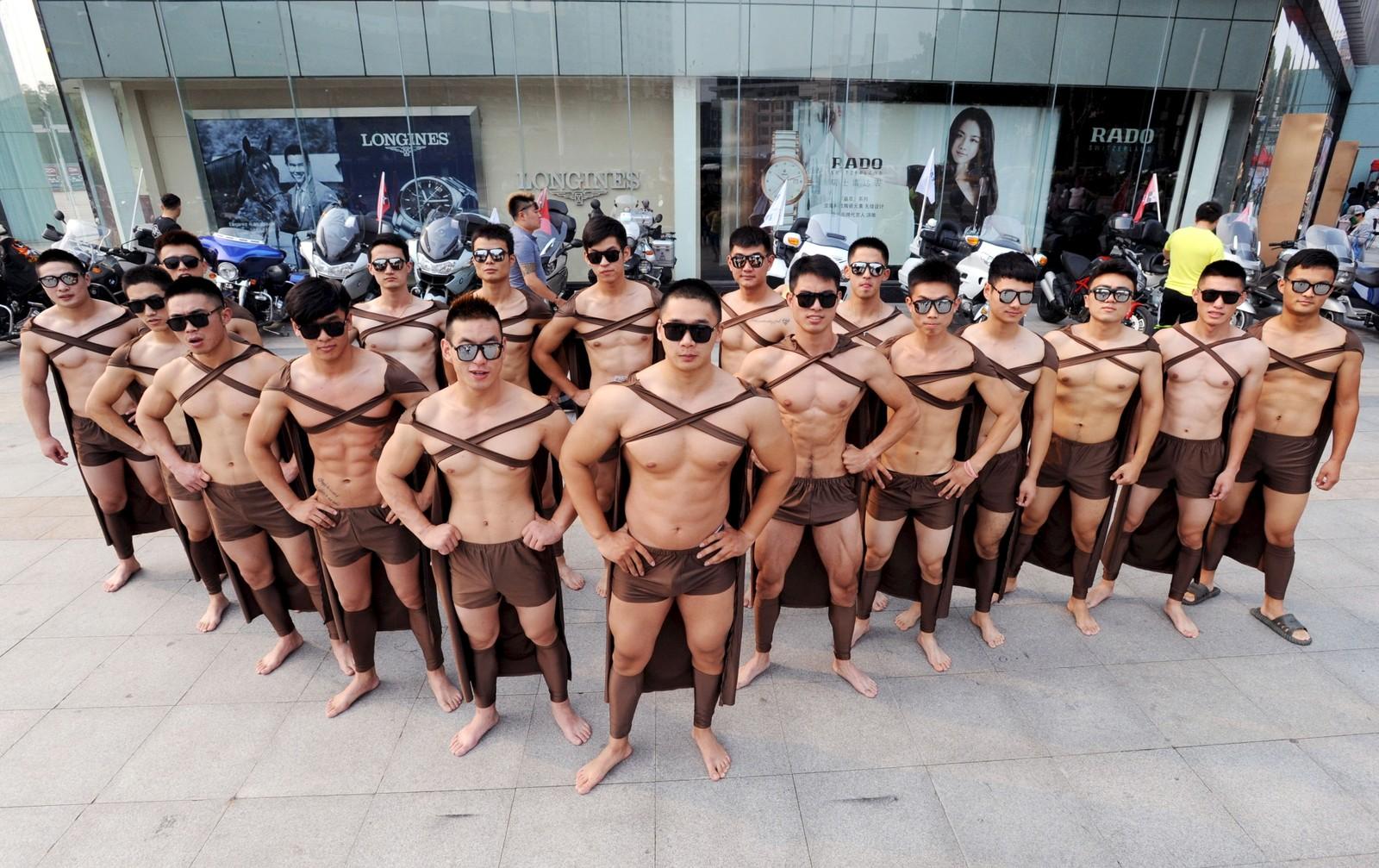 Treningsinstruktører og studenter kledd som spartanske krigere poserer under markeringen av ettårsdagen til en juice-kjede i Xuzhou i Kina.