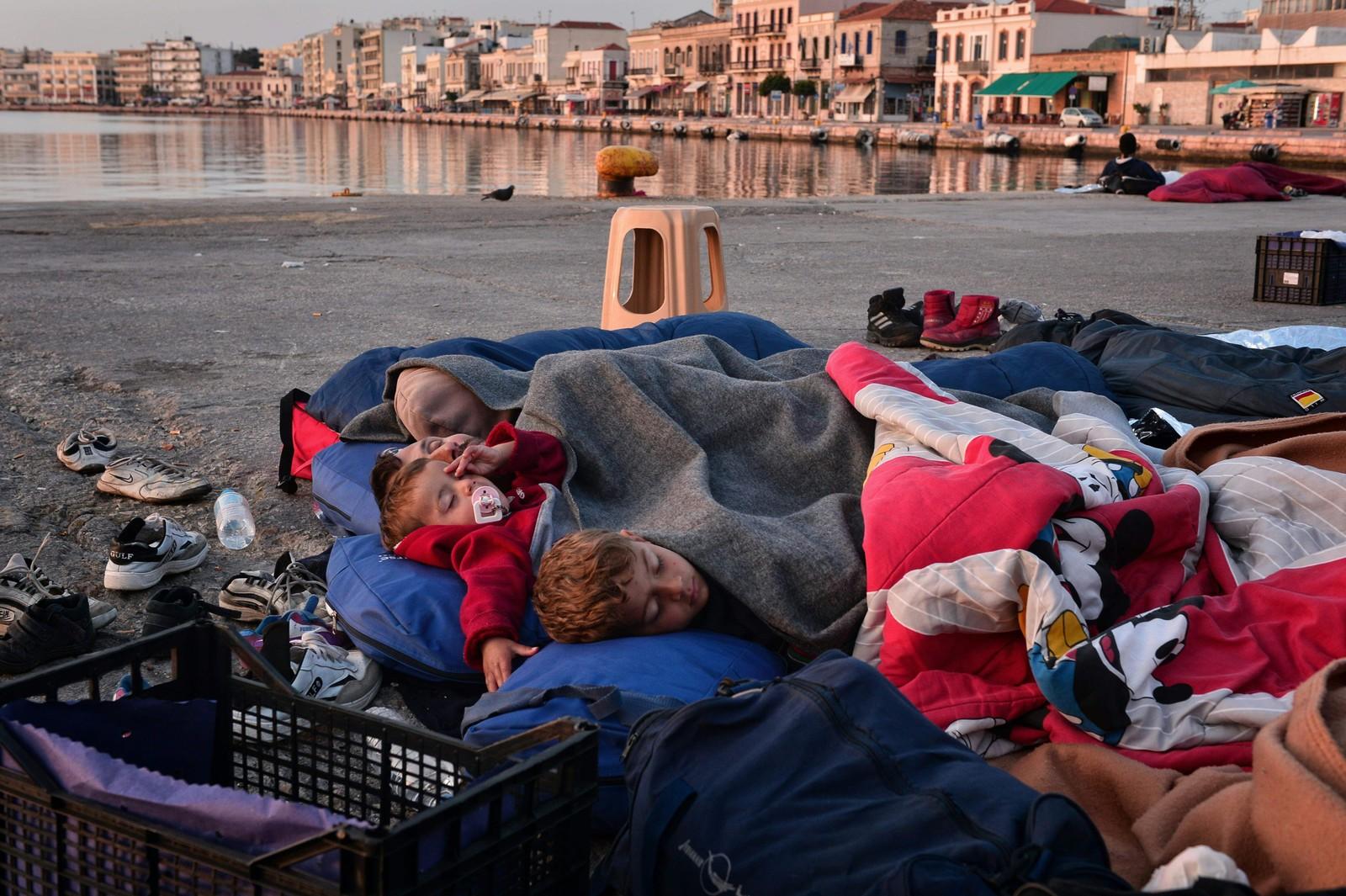 Flyktninger og migranter som har klart å unnslippe leiren Vial har slått seg ned på havnen i Chios. Barna sover ute.