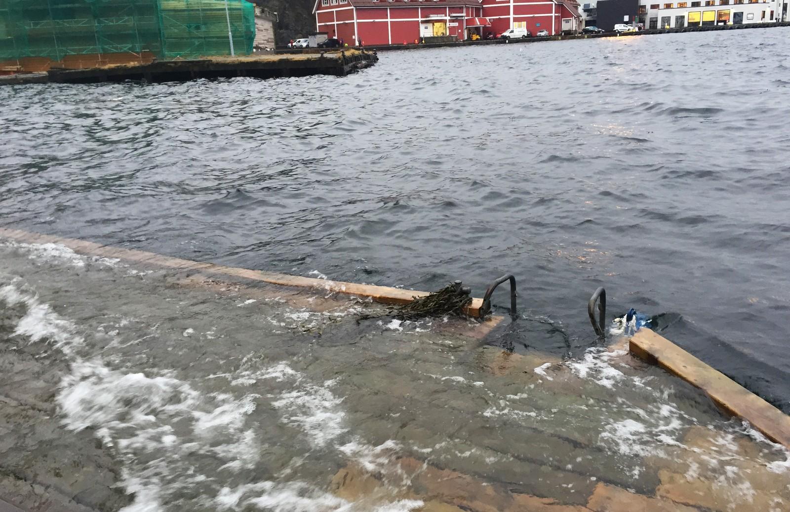 VÅTT: Høy vannstand også i Skuteviken i Bergen.