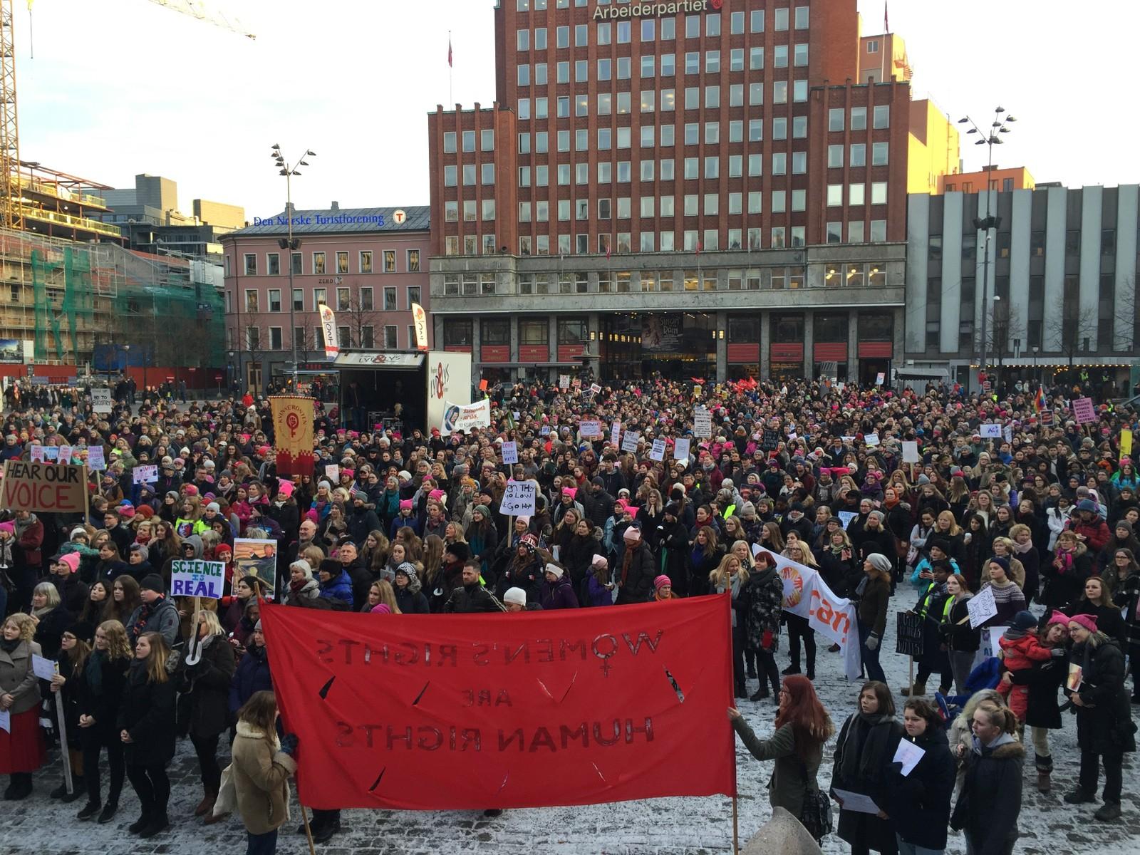 På Youngstorget i Oslo hadde flere hundre samlet seg for å demonstrere mot nedsettende holdninger mot kvinner.