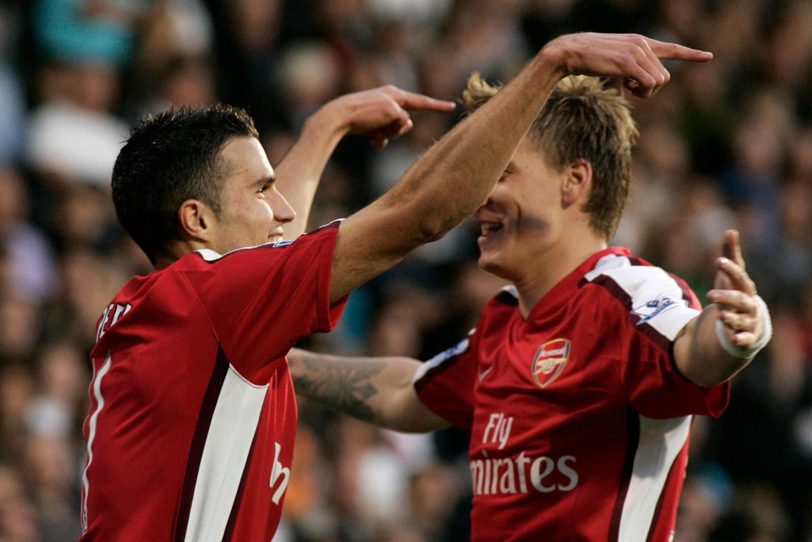 VAN PERSIE: Robin van Persie feirer sammen med Bendtner, etter at nederlenderen har scoret mot Fulham i 2009.