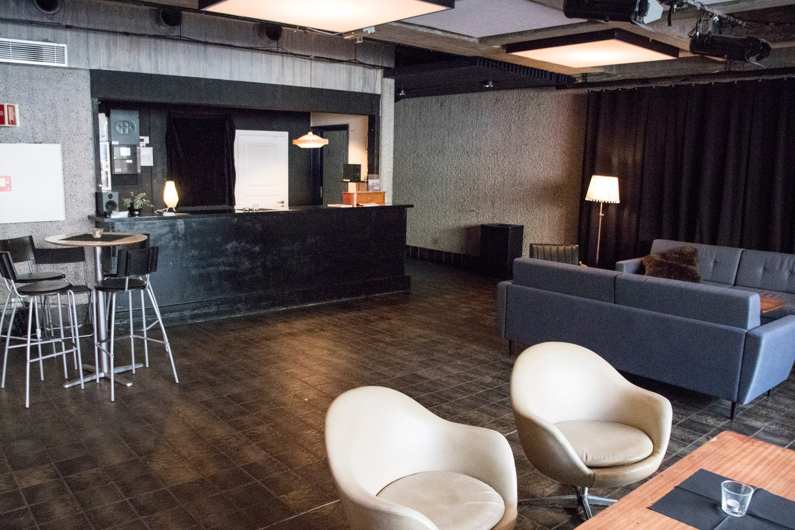 Det er en liten bar i foajeen for kinobesøkende.