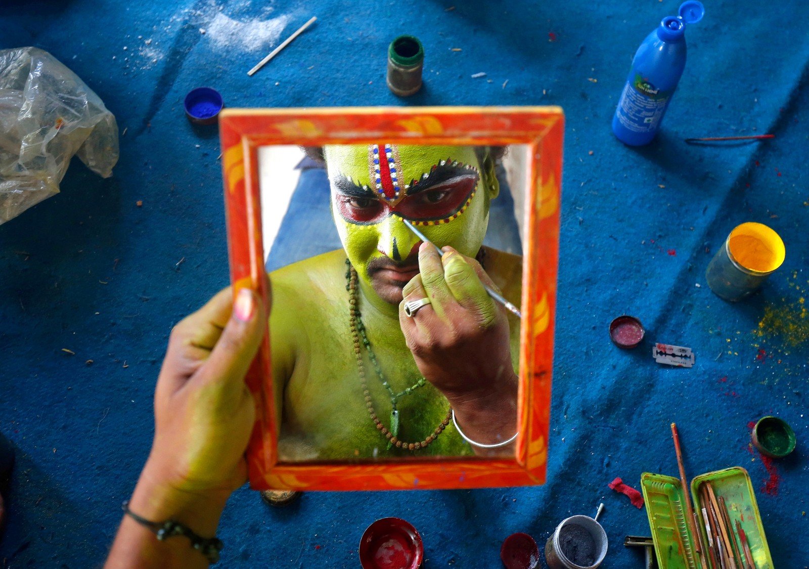 En mann forbereder seg til en hindufestival kalt Ramnavami i Bengaluru i India.
