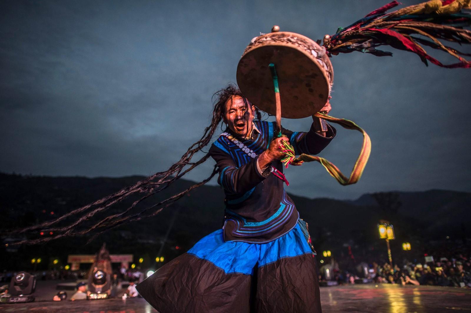 En sjaman har på seg det tradisjonelle Yi-kostymet under Ildfestivalen i Xixhang i Kina den 27. juli. Det er omtrent 8 millioner mennesker som tilhører Yi-folket.