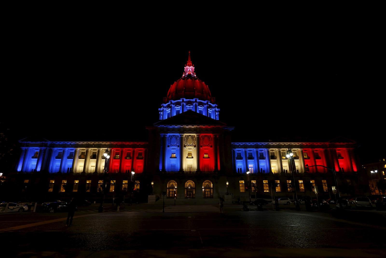 Rådhuset i San Francisco, USA, lyses opp i blått, hvitt og rødt etter terrorangrepene i Paris.