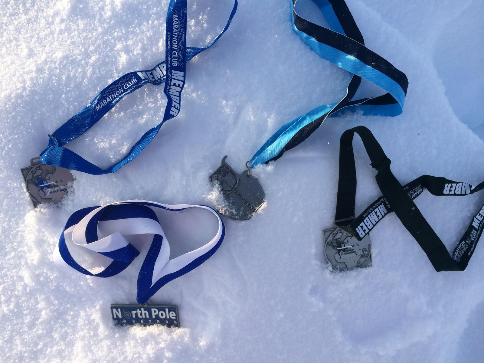 Medaljer fra Antarctic Ice Marathon, North Pole Marathon, The Seven Continents Marathon Club og Grand Slam. Den siste er for å ha løpt på alle sju kontinenter + Nordpolen.
