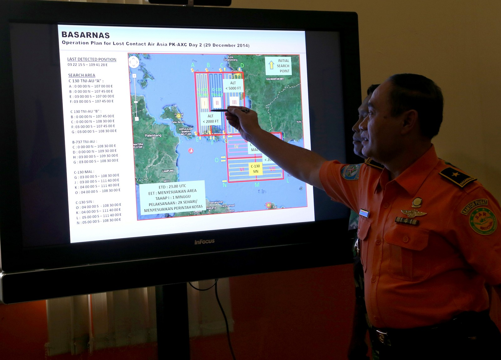 Den indonesiske redningstjenesten BASARNAS viser frem området hvor flere redningsmannskaper søker etter flyskroget.