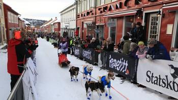 Klokka 11.00 startet årets Femundløp fra Røros. 160 kjørere og 2000 hunder gir seg i kast med den barske naturen i Nord-Østerdal.
