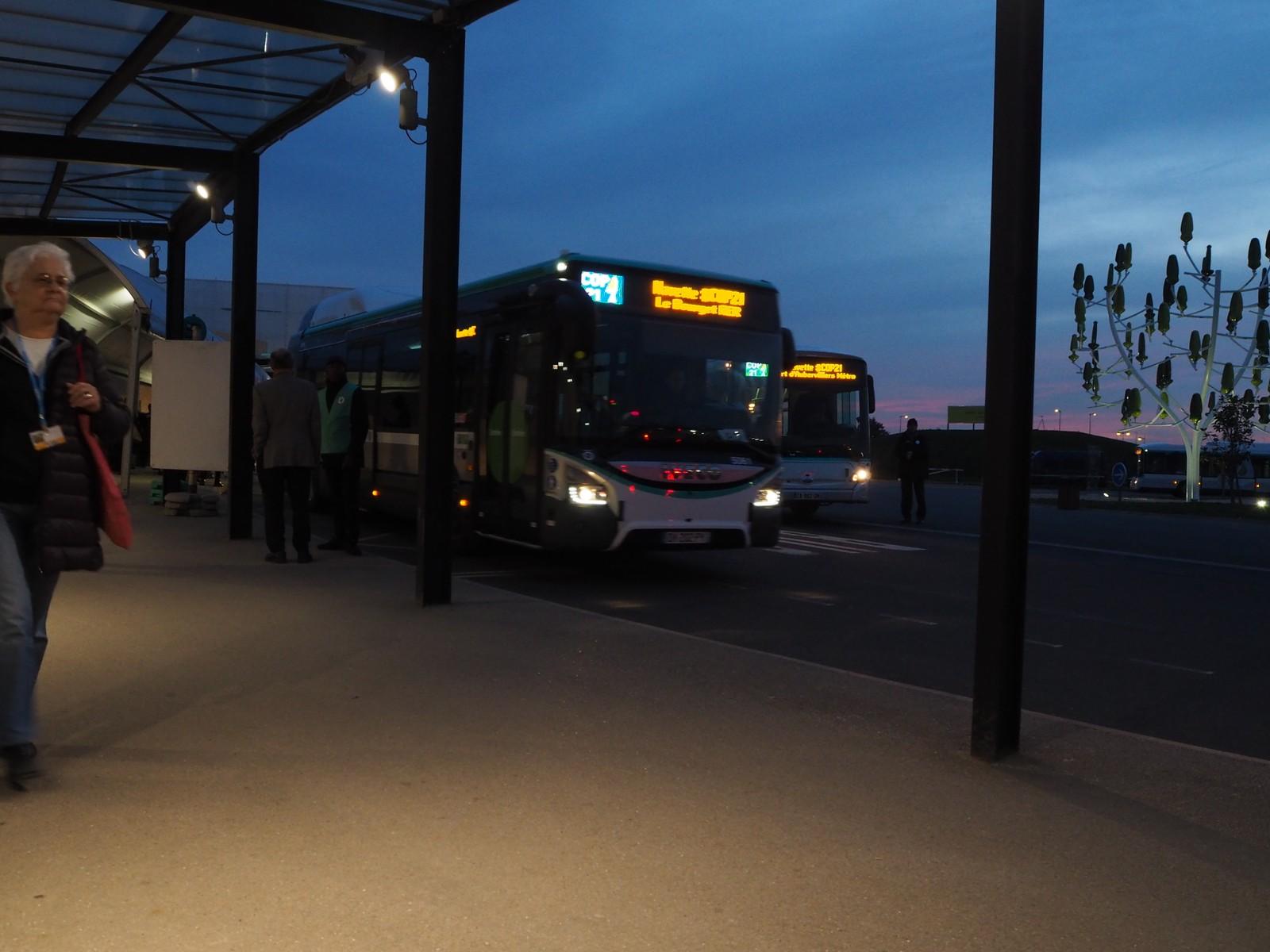 Gratisbussene kjører utrettelig mellom forskjellige stasjoner og konferanseområdet Le Bourget.
