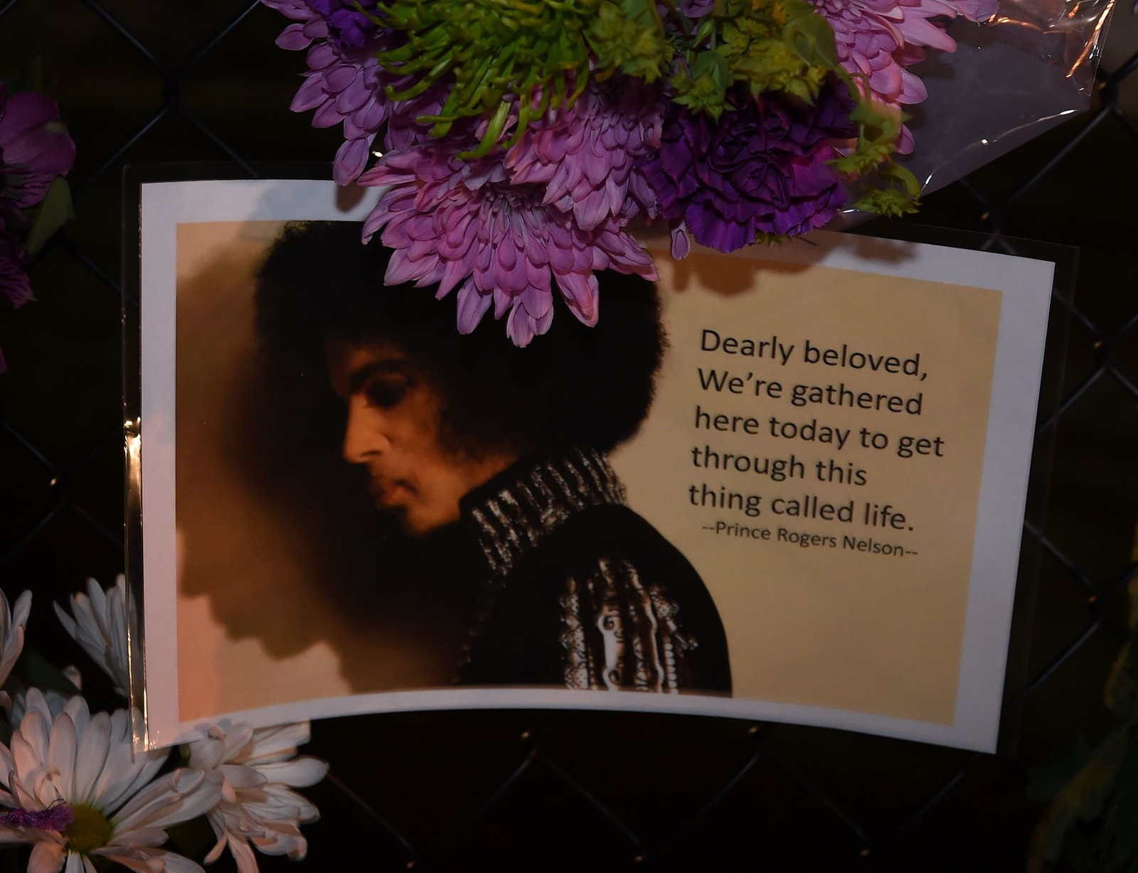 Fans legger ned brev og beskjeder på utsiden av artisten Prince's hjem i Minneapolis, Minnesota.