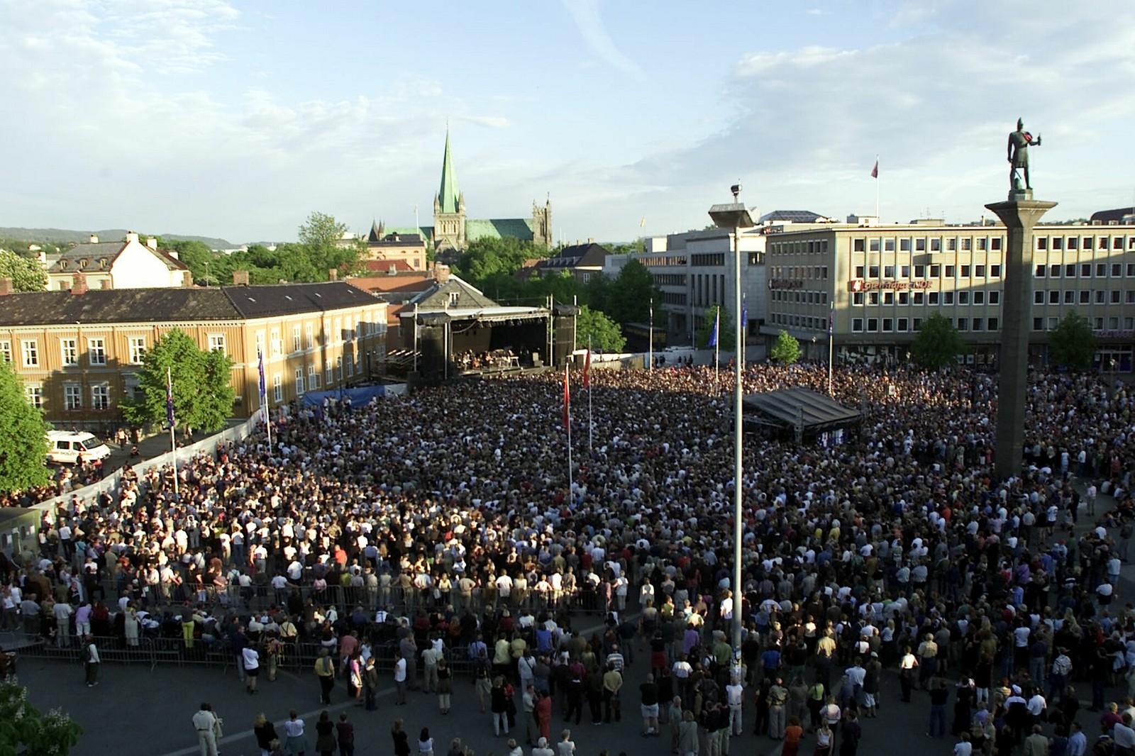 Folkefest på Torvet i Trondheim under Bob Dylan konserten i 2001.