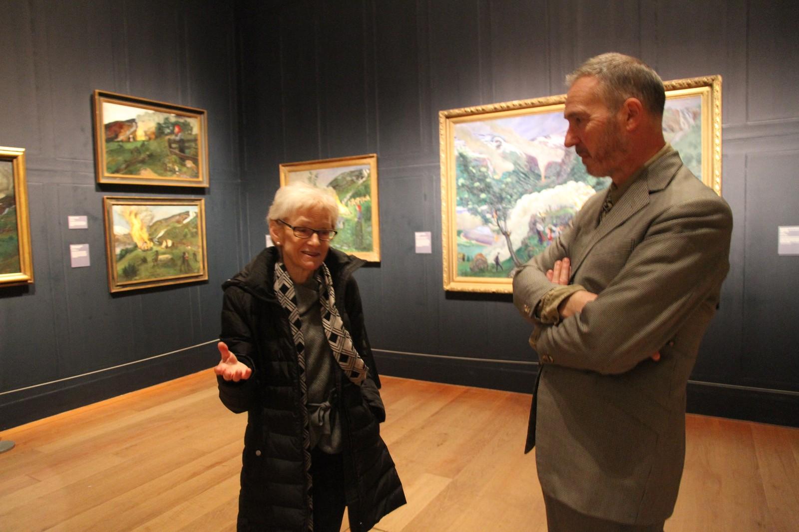 Kurator Maryanne Stevens og museumsdirektør Ian Dejardin i samtale om kunsten til Astrup.