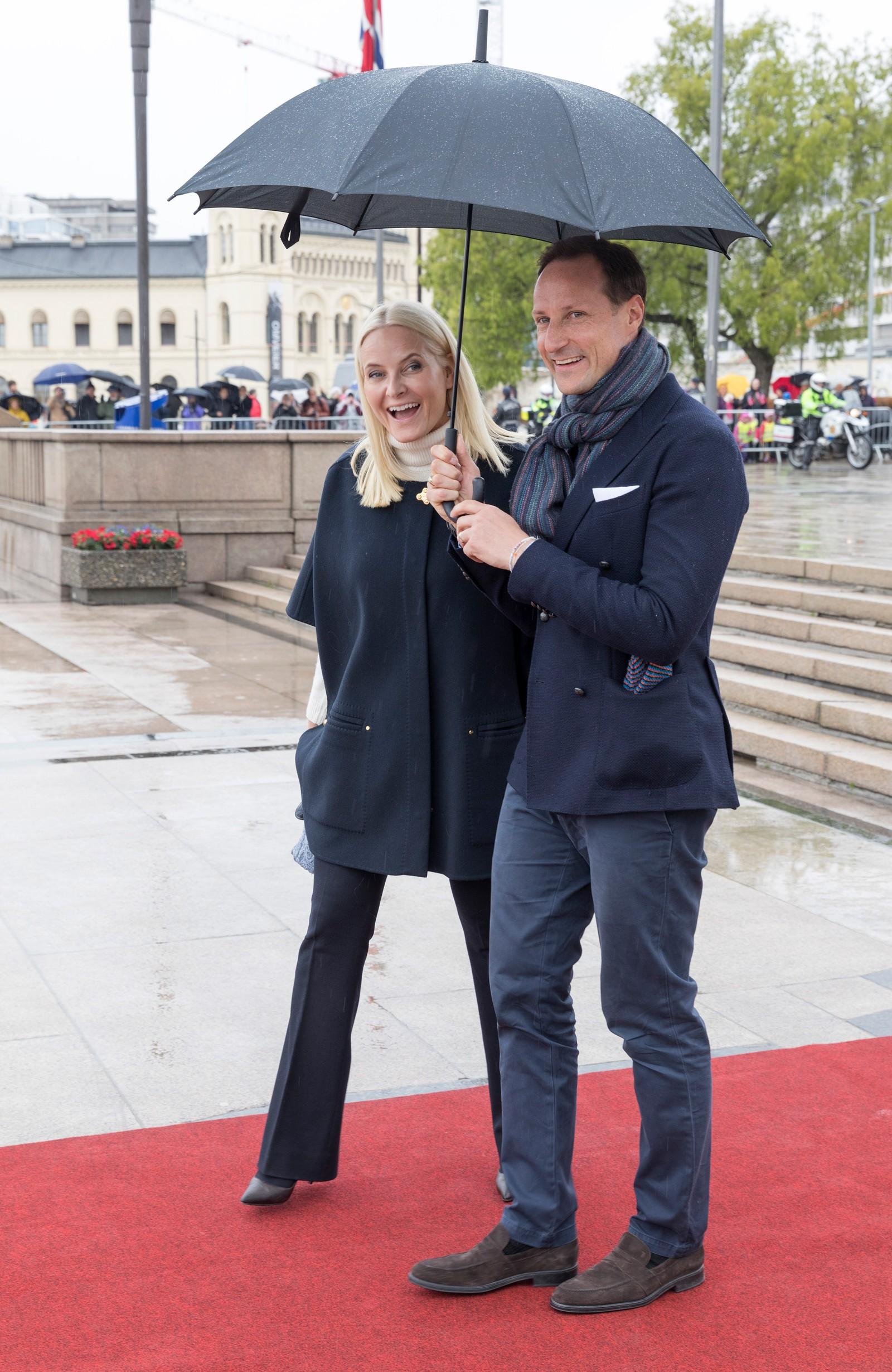 Kronprins Haakon og Kronprinsesse Mette-Marit ved avreise fra honnørbrygga i Oslo på tur til lunsj på Kongeskipet Norge onsdag.