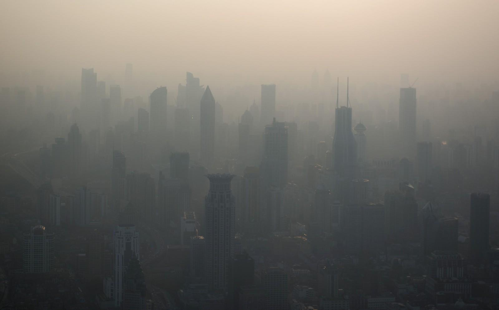 Ikke så lett å se skylinen til Shanghai på en forurenset dag i mars.