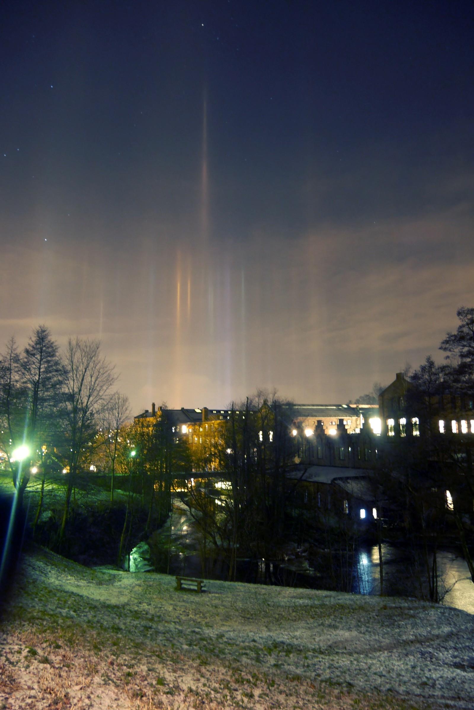 Onsdag kveld kunne man se såkalte lyspilarer strekke seg opp mot himmelen over Oslo.