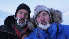 Kameratene Kjell-Harald Myrseth (t.h.) og Lasse Wendelbo Kvernmo hadde med seg nødpeilesender på skituren fra Narvik til Alta. Det har vært med på å redde livet hans, mener ekspertene.