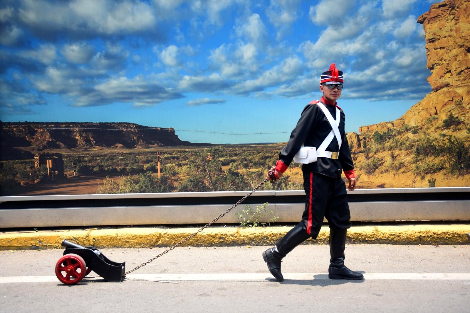 """Han er en av flere som var med på å gjenskape slaget """"Batalla de Puebla"""" (slaget om Puebla) ved El Peñón de los Baño i Mexico. Mexicanere feiret at de beseiret Frankrike i slaget som fant sted i 1862."""