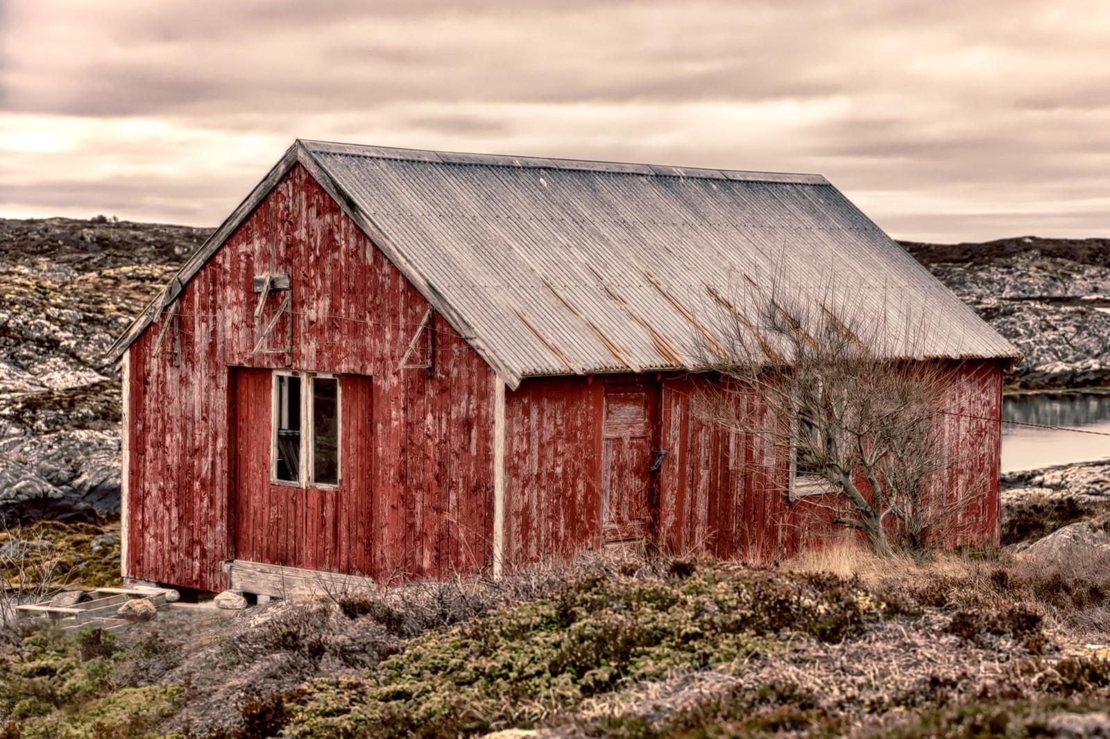 Værbitt naust på Frøya