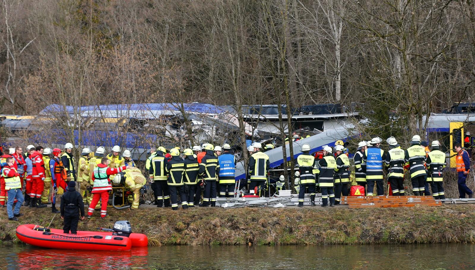 To tog har kollidert i nærheten av byen Bad Aibling sørøst i Tyskland, og ifølge politiet er det flere døde. Rundt 150 personer er skadd i kollisjonen