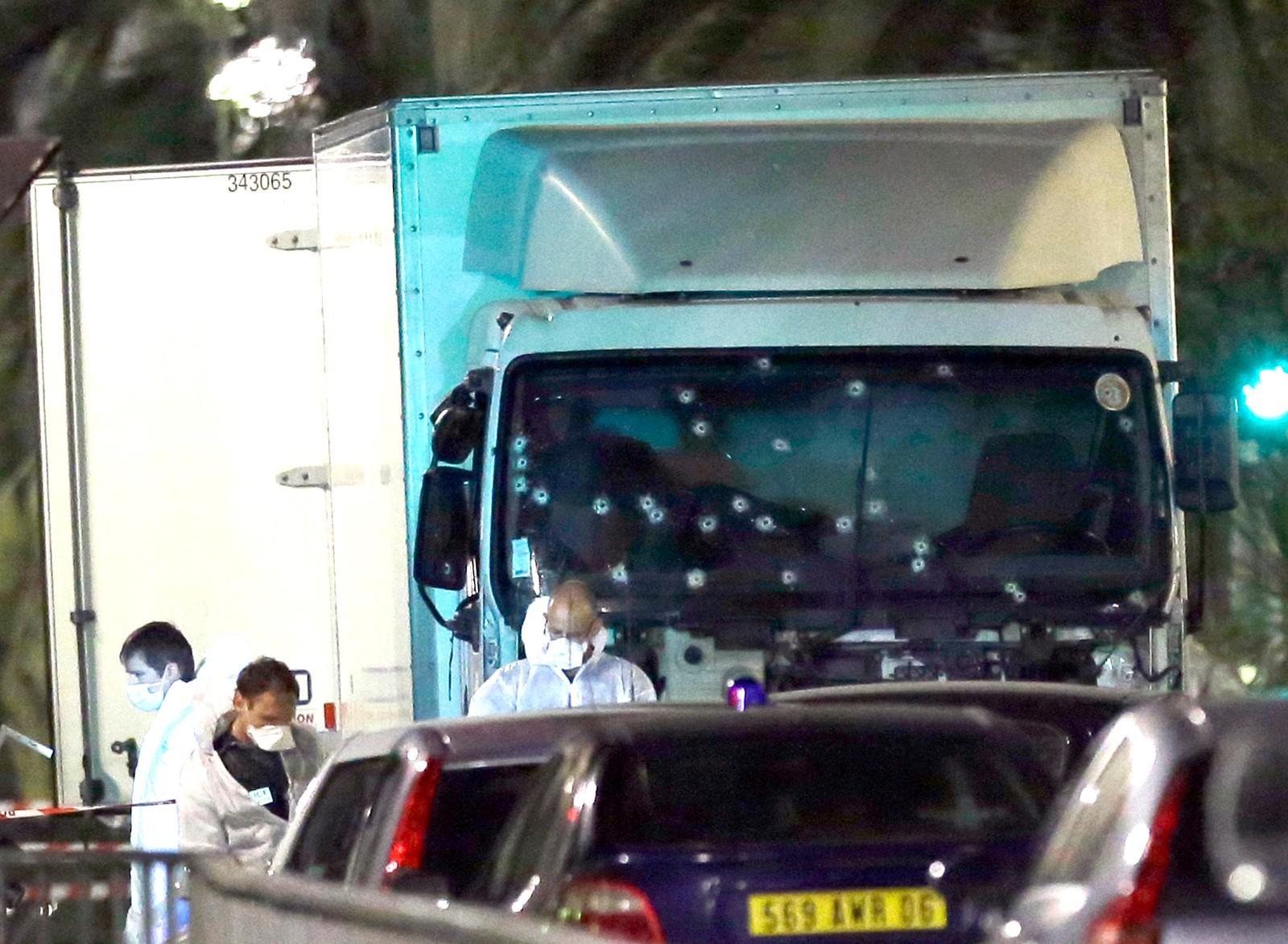Lastebilen som kjørte inn i folkemengden, ble beskutt av politiet.