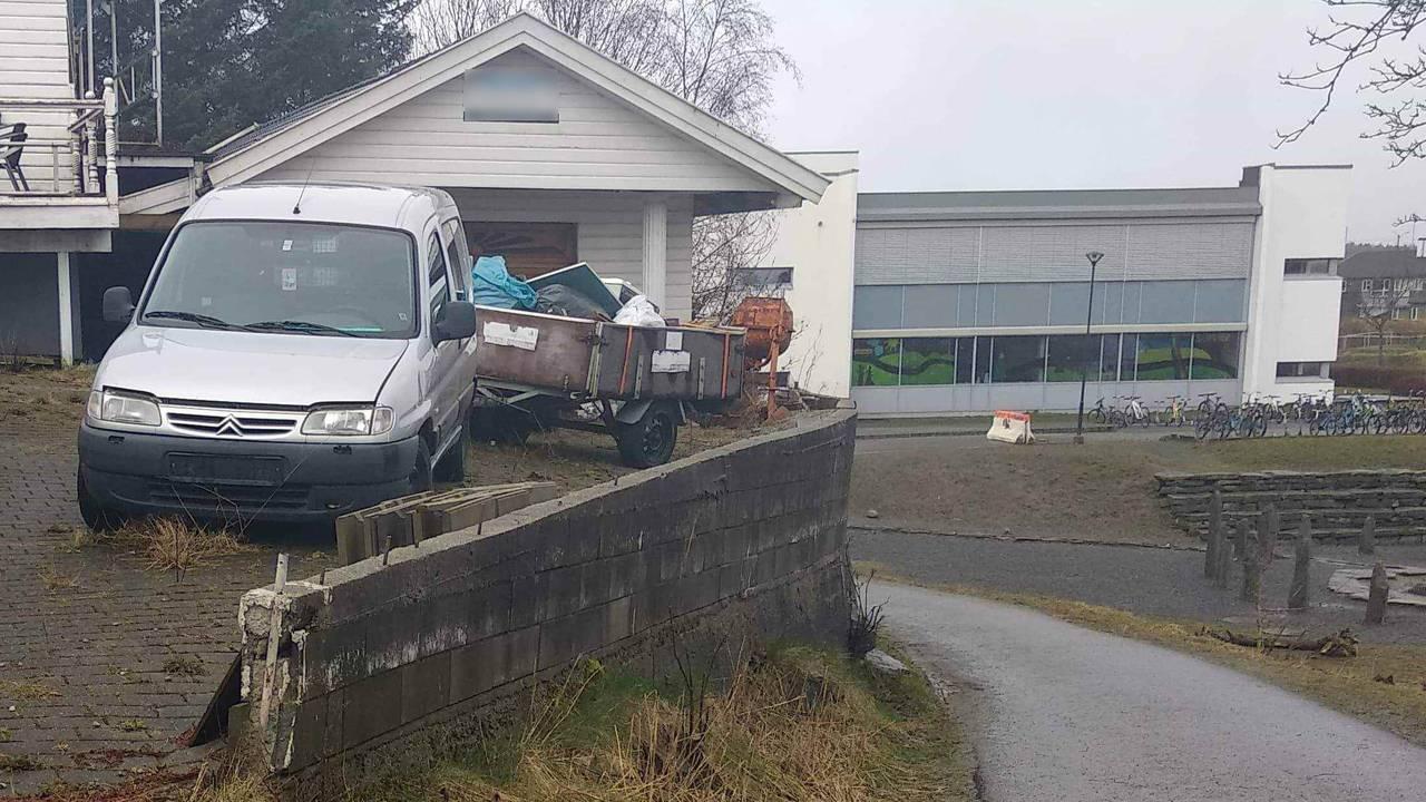 Garasje og gammel støttemur