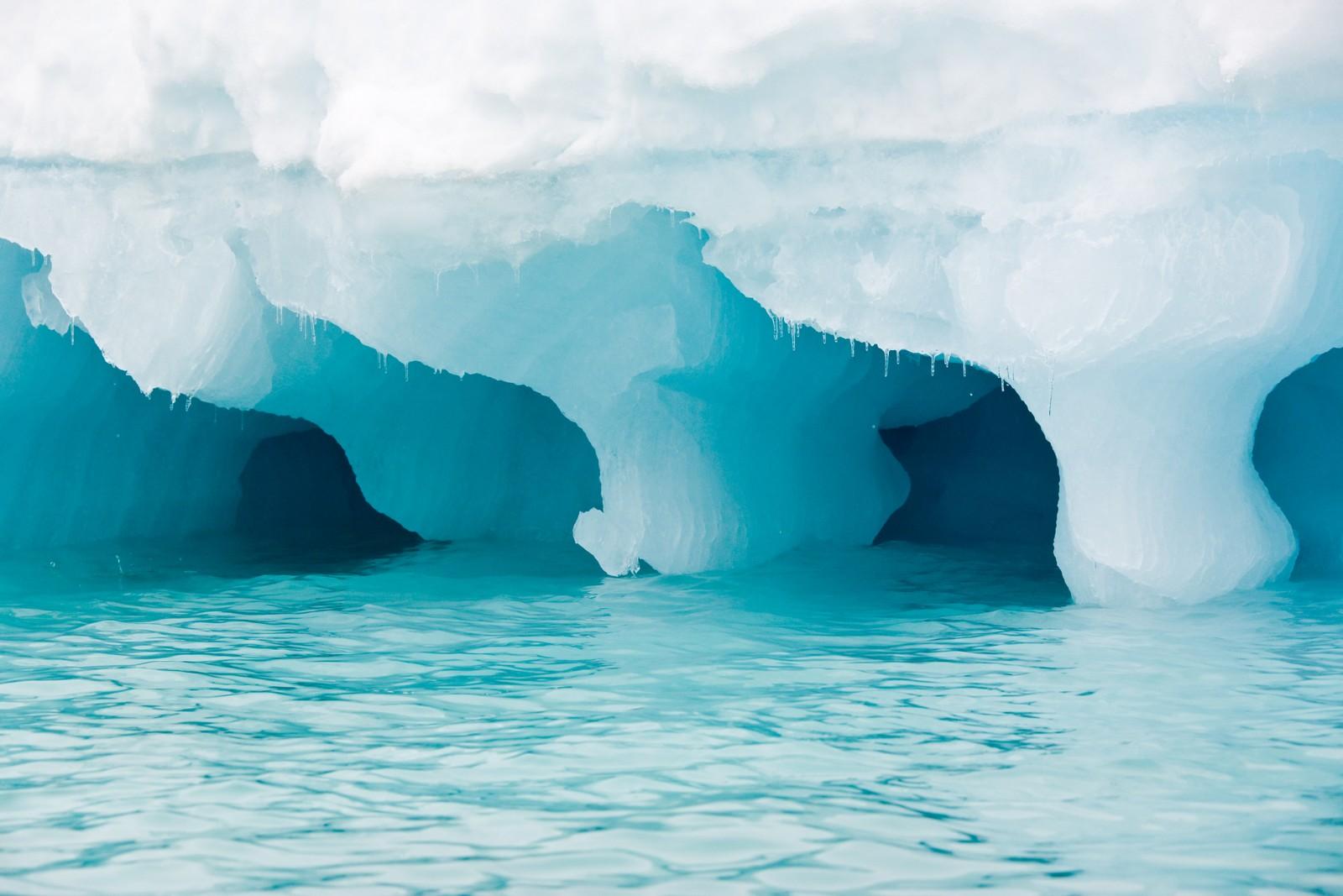 FARLIG FOR SKIPENE: Et isfjell er i drift i det arktiske havet. Smeltende is kan bety flere flytende isfjell som er vanskelige å oppdage for de sjøfarende.