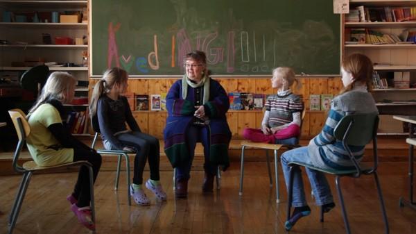 Norsk sangtime.Storkvedaren Agnes Buen Garnås formidlar sang, språk og tradisjonskunnskap til fem glade jenter.