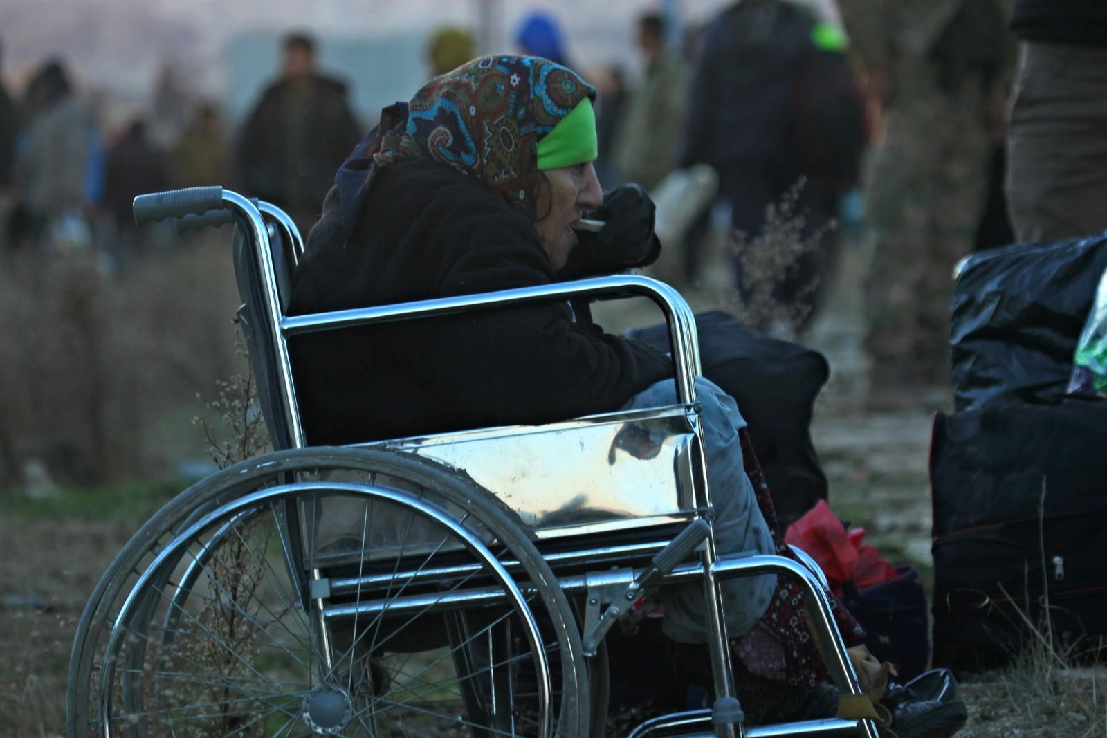 En kvinne i rullestol er nettopp blitt evakuert til nabolaget al-Rashideen.