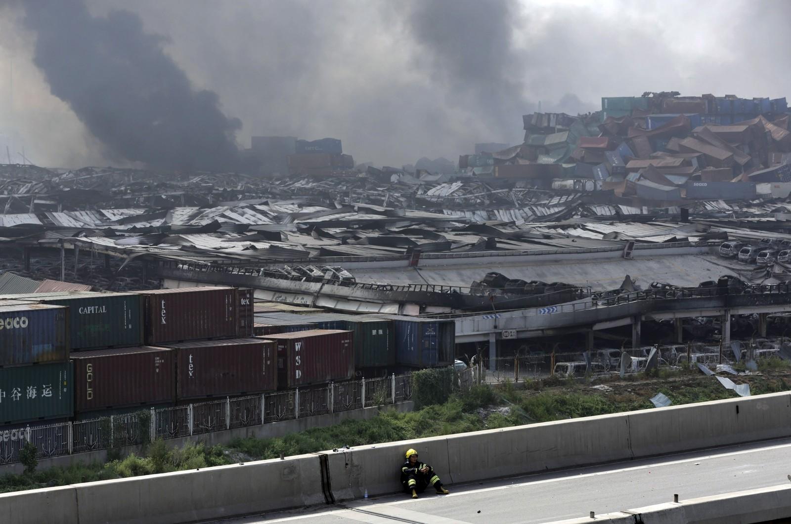 SLITEN: En brannmann hviler langs veien i nærheten av det utsprengte området.