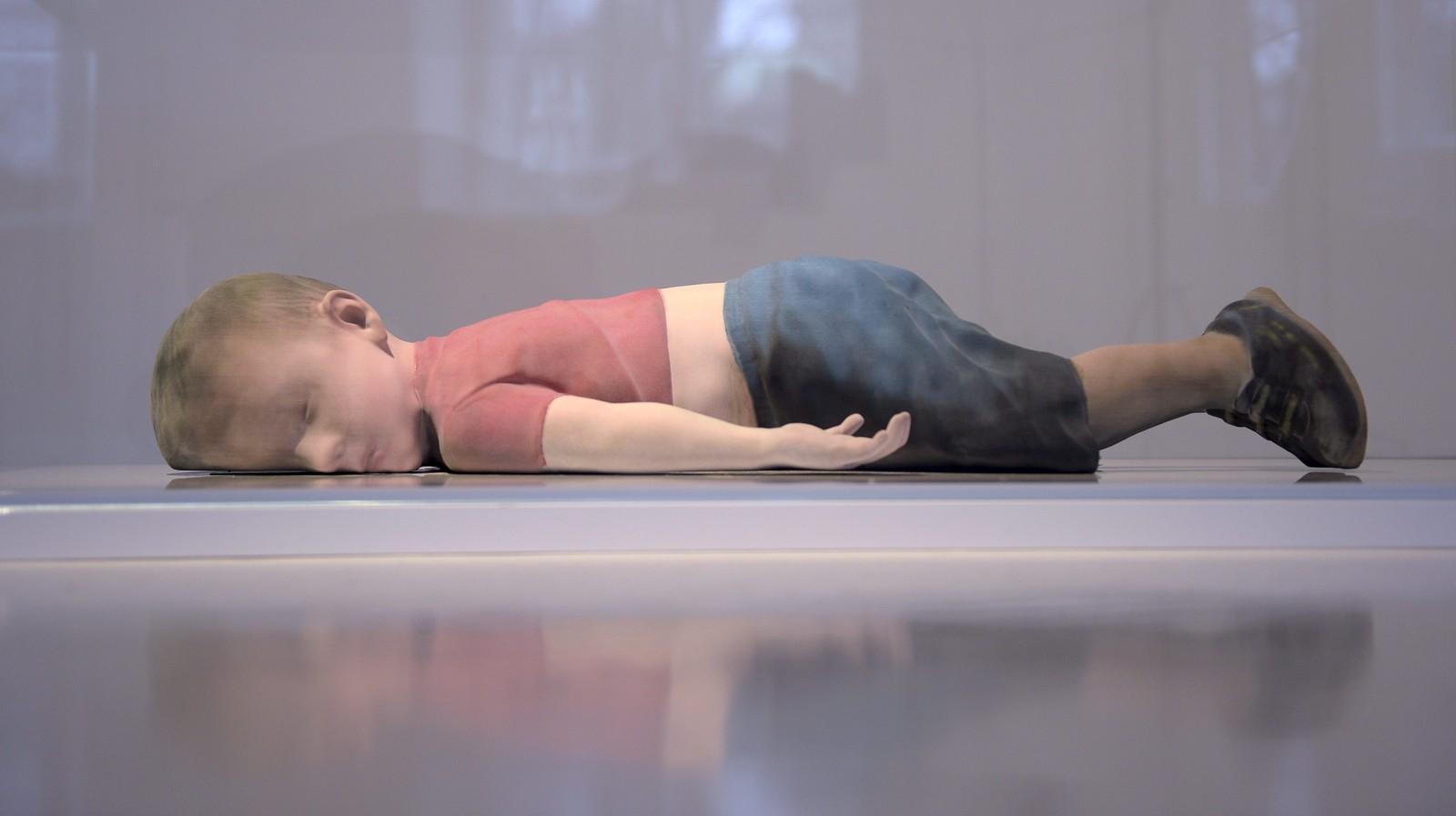 Skulpturen av den syriske gutten Alan Kurdi (3), laget av den finske artisten Pekka Jylha, utstilt på et galleri i Helsinki. Alan druknet på den farlige reisen mellom Tyrkia og Hellas. Han ble funnet død på en strand i Tyrkia, og bildet av den døde gutten gikk verden rundt og ble et symbol på flyktningkrisen.