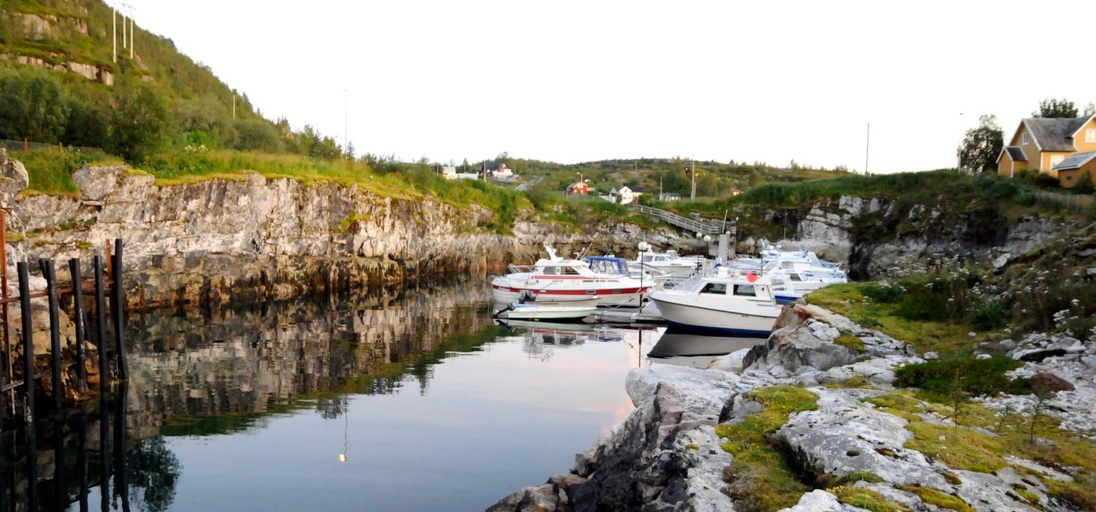 En gammel gruve som har blitt til båthavn ved Hundholmen i Tysfjord.