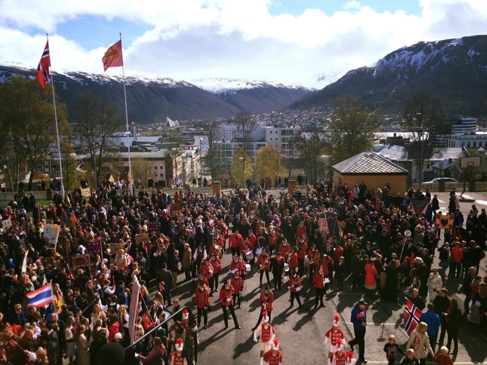 Folksomt på torget i Tromsø i formiddag.